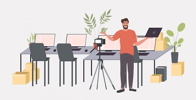 Человек блоггер запись распаковки видео с цифровой камерой на штативе потоковое вещание социальная сеть блоггинг концепция горизонтальный полная длина