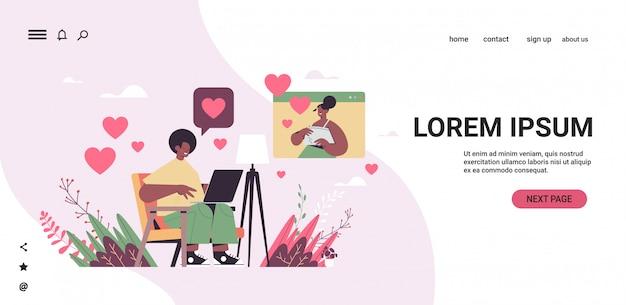 オンラインの出会い系アプリのアフリカ系アメリカ人のカップルが仮想会議の社会的関係のコミュニケーションの概念の水平方向のコピースペースイラスト中に議論する女性とチャット男