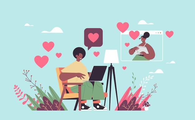 オンラインの出会い系アプリのアフリカ系アメリカ人のカップルが仮想会議の社会的関係のコミュニケーションの概念の水平方向の図の間に議論で女性とチャット男
