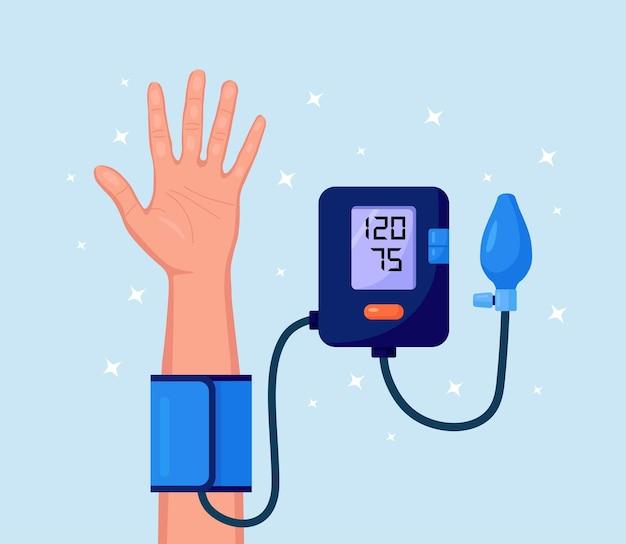 Человек, проверяющий артериальное кровяное давление. человеческая рука с тонометром. медицинское оборудование для диагностики гипертонии, болезней сердца. измерение, мониторинг здоровья