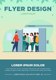 混雑したエレベーターキャビンに入る男。建物のホール、開いたドアフラットベクトルイラスト。群衆、公共の場の人々、バナー、ウェブサイトのデザインまたはランディングウェブページの社会的距離の概念