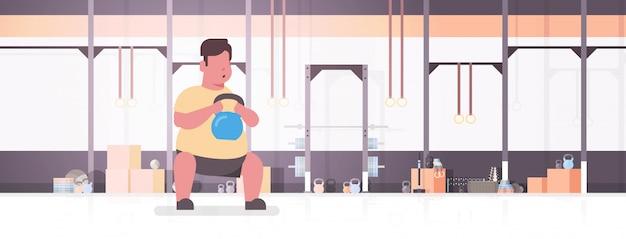 Человек делает упражнения с концепцией тренировки тренировки толстого парня гири