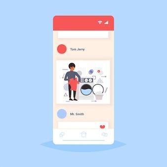 Человек делает работу по дому парень загружает одежду в стиральной машине концепция очистки службы экрана смартфона онлайн мобильное приложение полная длина эскиз