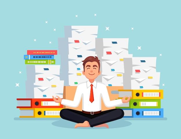 ヨガをしている男。紙の山、ドキュメントのスタックを持つ忙しいビジネスマン。瞑想し、リラックスする労働者