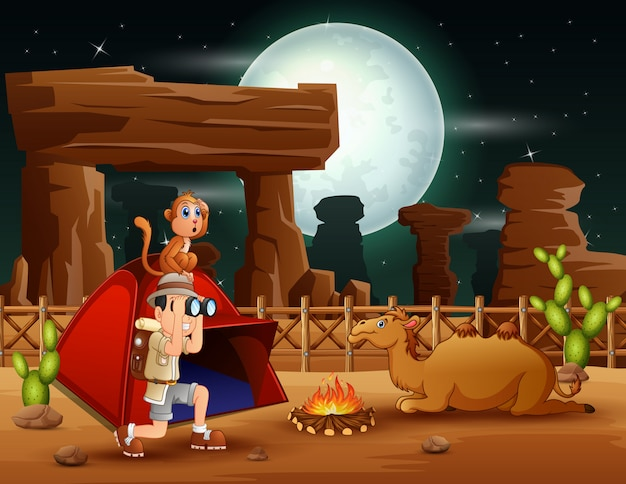 남자 탐험가는 사막에서 캠핑