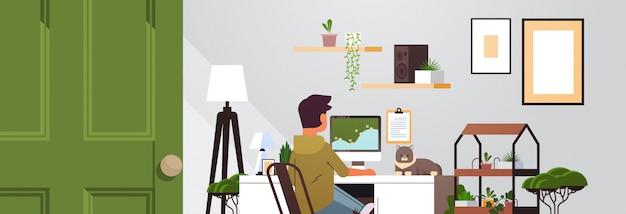 코로나 바이러스 검역 프리랜서 동안 집에서 일하는 컴퓨터 모니터를 사용하는 남자 프리랜서