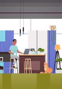 코로나 바이러스 검역 자체 격리 프리랜서 동안 집에서 일하는 노트북을 사용하는 남자 프리랜서