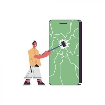 장치 개념에서 망치 디지털 해독 나머지 스마트 폰 화면을 치는 남자