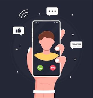 남자는 친구와 영상 통화를 사용하여 스마트폰을 잡고