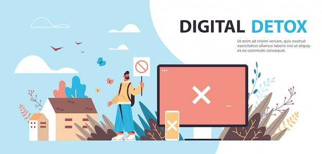 ガジェットデバイスの禁止標識の拒否を保持している男インターネットソーシャルネットワークデジタルデトックス