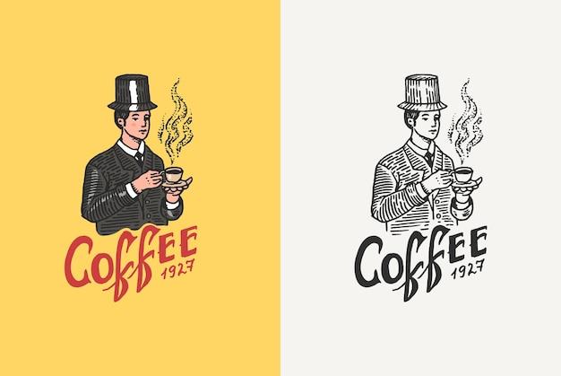 男は、tシャツのショップヴィンテージレトロバッジテンプレートのコーヒーのロゴとエンブレムのマグカップを保持しています