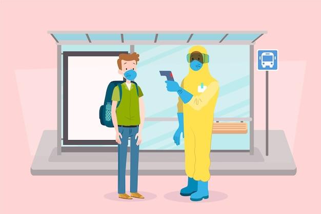 温度をチェックする防護服の男