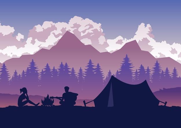 男性はギターを弾き、女性はキャンプ旅行で聞いています