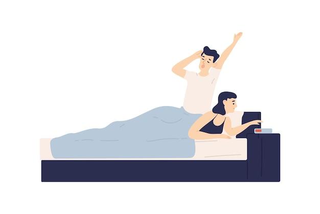 남자는 침대에 누워 하품을 하고 여자는 알람 시계를 설정합니다. 잠들거나 깨어나는 젊은 부부. 침실에 있는 귀여운 소년과 소녀. 로맨틱 파트너의 일상. 플랫 만화 벡터 일러스트 레이 션.