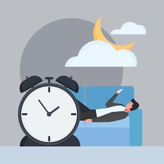 소파에 누워 있는 남자는 늦은 밤에 전화를 잡고 있다