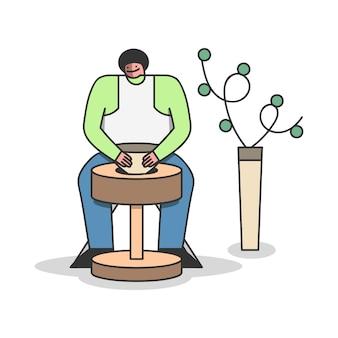 도자기 작업장에서 포터 휠에 점토 꽃병을 성형하는 남자