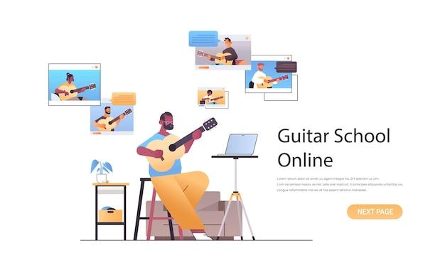 Человек играет на гитаре с людьми смешанной расы в окнах веб-браузера во время виртуальной конференции онлайн-концепции музыкальной школы