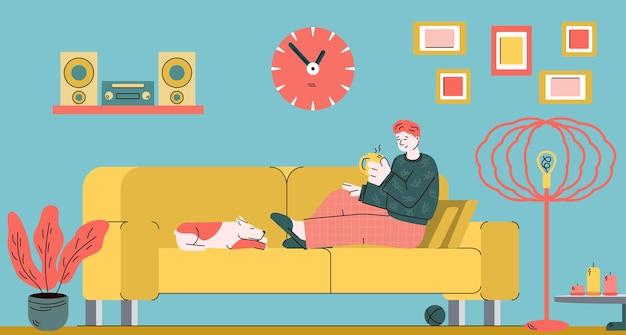 차 한잔과 잠자는 개 아늑한 거실 인테리어와 함께 홈 소파에서 휴식을 취하는 남자