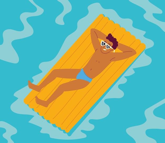 Человек расслабляется на воздушной кровати
