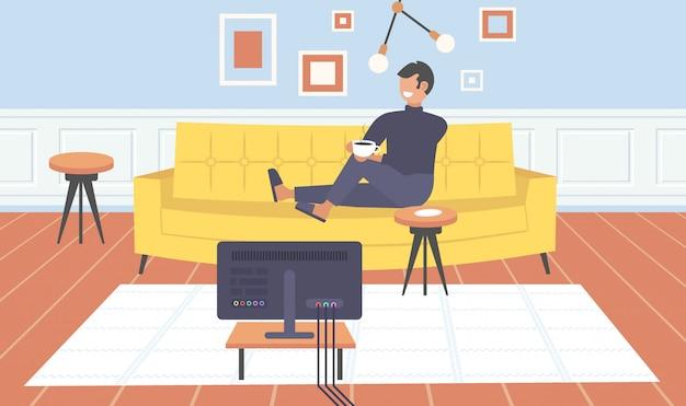 テレビを見てソファに座っている男テレビの男がコーヒーを飲んで楽しんで現代的なリビングルームのインテリアホームモダンなアパート水平全長
