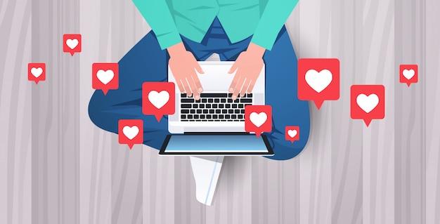 Человек сидит на полу с помощью портативного компьютера в чате приложение социальные медиа сети онлайн общение блоггинг концепция парень печатать на клавиатуре верхний угол зрения горизонтальный