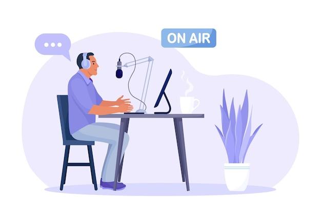 헤드폰과 마이크를 들고 앉아 오디오 팟캐스트를 녹음하거나 온라인 쇼를 듣는 남자. 책상 뒤에 있는 라디오 진행자가 공중에 있는 마이크에 대고 말합니다. 대중매체 방송