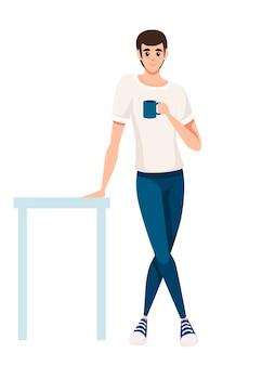 男はテーブルに立って、青いティーカップを保持します