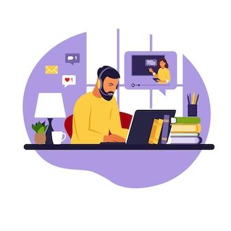 コンピューターで勉強する男性。オンライン学習の概念。ビデオレッスン。遠隔教育。 webバナー、インフォグラフィック、ヒーロー画像に使用できます。フラットスタイル。