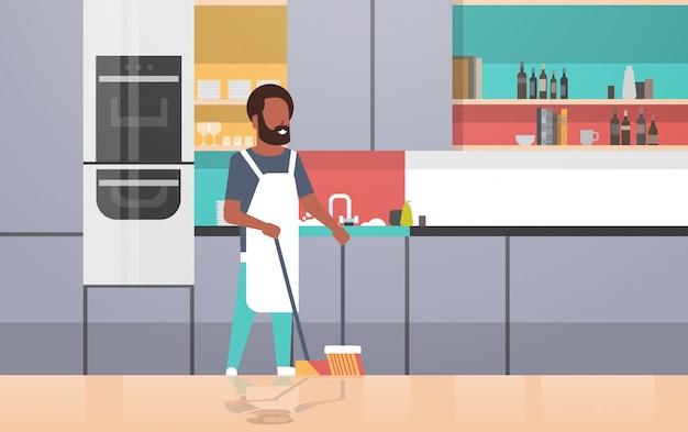빗자루와 국자 남자 집안일 집 청소 개념 현대 부엌 인테리어 남성 캐릭터 전체 길이 가로 하 고 바닥을 청소