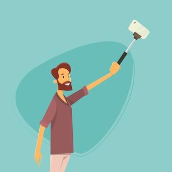 スティックでスマートフォンでselfie写真を撮る男