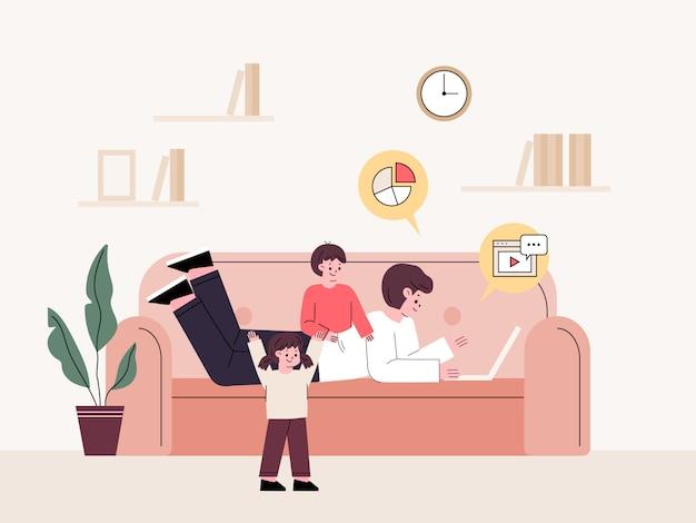 Человек на дому лежа и работая на диване, заботясь о детях. фрилансер.