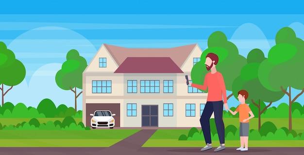 작은 아이 아들과 함께 야외 산책하는 동안 핸드폰을 사용하는 사람은 아버지 스마트 폰 중독 개념 별장 집 풍경 배경 전체 길이 가로에서 관심을 원합니다