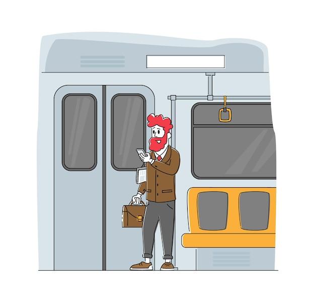 Человек, использующий городской общественный транспорт в метро