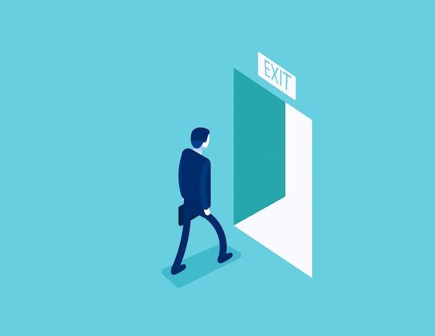 開いたドアを通って出口まで歩く男