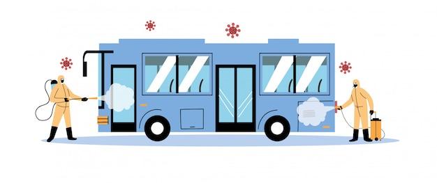 Мужчина в защитном костюме дезинфицирует автобус коронавирусом или ковидом 19
