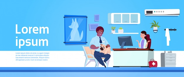 獣医師の診療所で獣医診療所で犬を持つ男