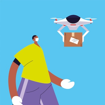 Мужчина с дроном несет картонную коробку