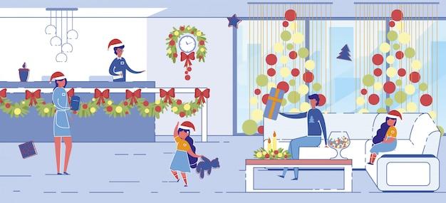 Человек с детьми, сидя в лобби отеля на рождество