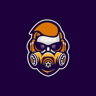 マスクのロゴデザインを持つ男
