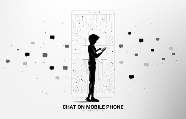 점에서 휴대 전화에 휴대 전화 및 채팅 거품을 가진 남자는 선 회로 기판 스타일을 연결합니다.
