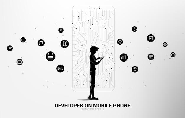 휴대 전화 및 소프트웨어 개발 프로그래밍 태그 아이콘을 가진 남자는 회로 라인 그래픽으로 휴대 전화를 형성합니다. 프로그래밍 언어 기술 및 코딩에 대한 개념입니다.