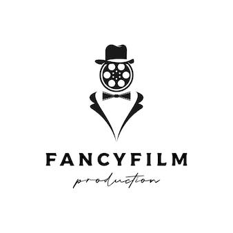 映画製作者、映画館、映画のロゴのタキシード&リールフィルムを持つ男