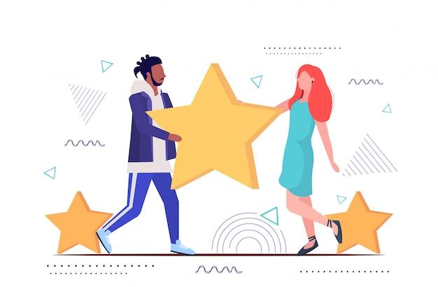 レビュー星を保持している男性女性カップル顧客評価クライアントフィードバック満足度レベルの概念