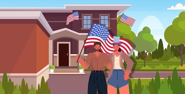 7月4日アメリカ独立記念日を祝うアメリカの旗を保持している男性女性カップル