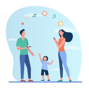 Uomo e donna che parlano tra loro tramite telefono, bambino vicino ai genitori.