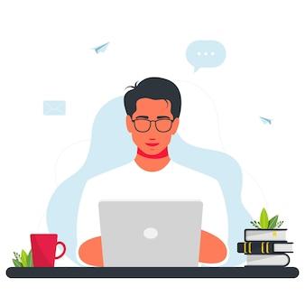 노트북에서 일하는 남자. 집 개념 디자인에서 작업합니다. 노트북에서 일하는 프리랜서 남자. 웃는 남자는 노트북과 함께 앉아 있다. 인터넷, 이메일, 메시지 아이콘 주위. 노트북을 사용하는 프리랜서 프로그래머.
