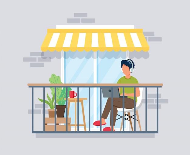 Человек работает на балконе, работа из дома концепции. оставайтесь дома во время эпидемии