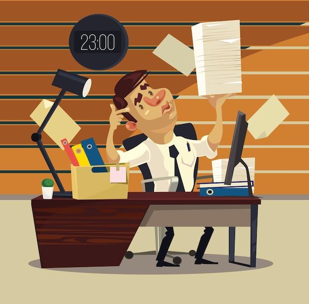Человек работает в офисе с стопкой документов