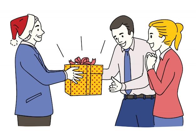 Менеджер дарит рождественский подарок своему сотруднику