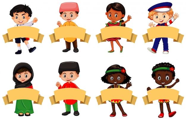 Многие дети и коричневые баннеры